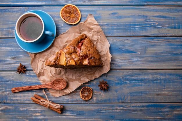 Vista superior da fatia de bolo com uma xícara de chá