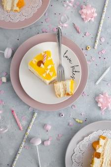 Vista superior da fatia de bolo com velas e garfo