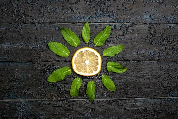 Vista superior da fatia de limão no espaço escuro