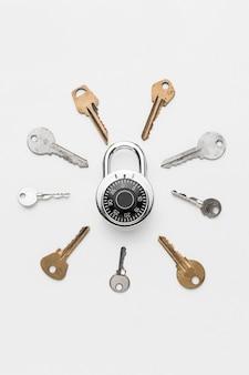 Vista superior da fechadura com coleção de chaves