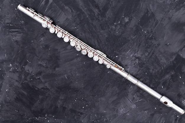 Vista superior da flauta de metal