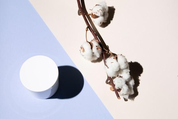 Vista superior da flor de algodão e creme