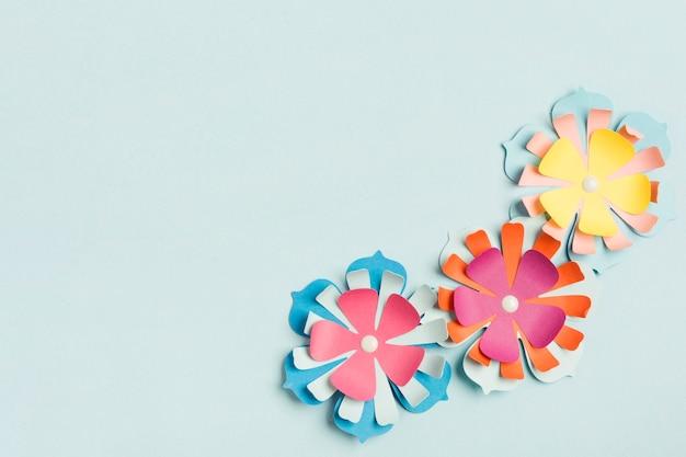 Vista superior da flor de primavera de papel colorido