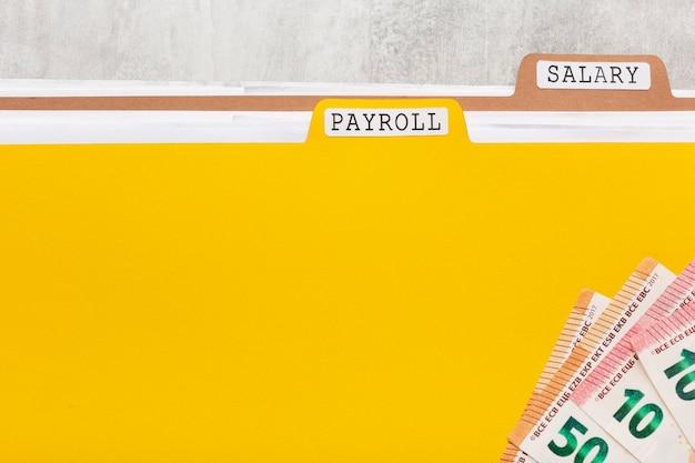 Vista superior da folha de pagamento e documentos salariais
