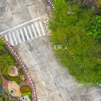 Vista superior da foto aérea sobre travessia de pedestres na estrada de tráfego