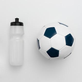 Vista superior da garrafa de água com futebol