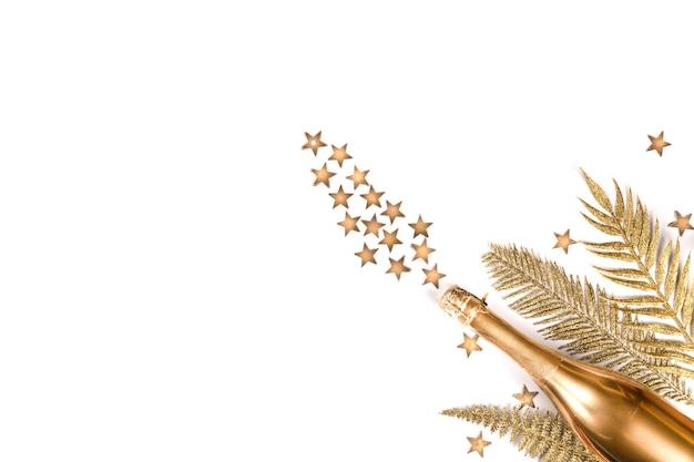 Vista superior da garrafa de champanhe dourada com estrelas