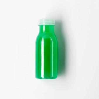 Vista superior da garrafa de suco verde