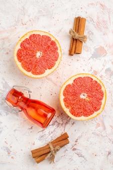 Vista superior da garrafa de toranjas cortadas em palitos de canela na superfície nua