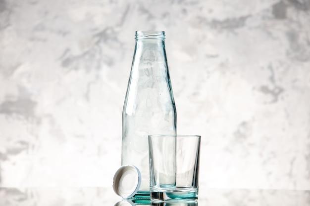 Vista superior da garrafa vazia e tampe um copo na parede de gelo com espaço livre