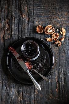 Vista superior da geléia de frutas na mesa de madeira preta