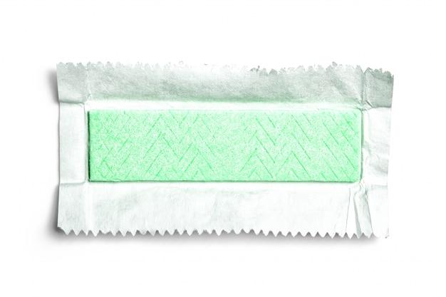 Vista superior da goma de mascar desembrulhada no fundo branco
