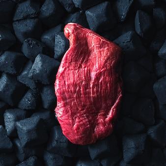 Vista superior da grelha de carvão de carne de bovino de peça fresca
