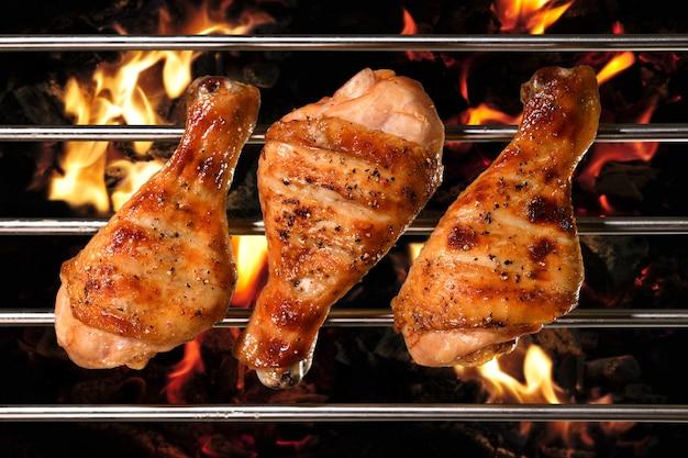 Vista superior da grelha de churrasco perna de frango assado na grelha flamejante