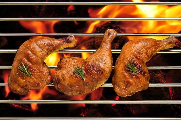 Vista superior da grelha de coxa de frango assado na grelha em chamas
