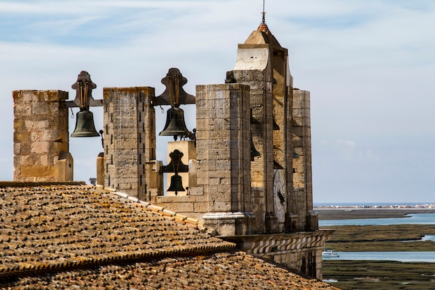Vista superior da igreja principal da cidade velha histórica de faro, portugal.