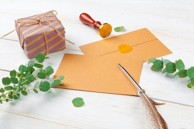 Vista superior da lista de tarefas para o ano novo, conceito de natal, escrevendo sobre fundo de madeira