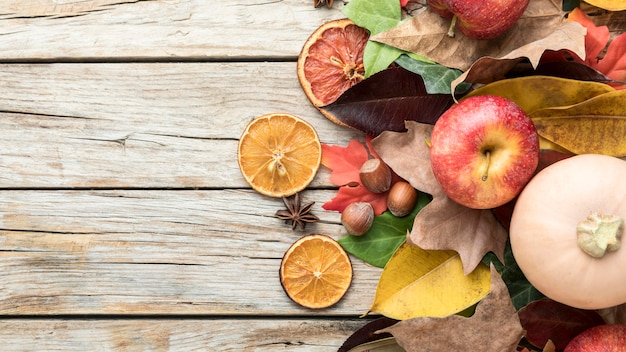 Vista superior da maçã com frutas cítricas e abóbora secas