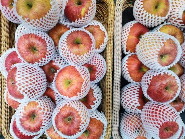 Vista superior da maçã para a venda no supermercado.