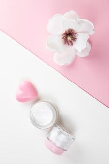Vista superior da manteiga corporal e hibisco