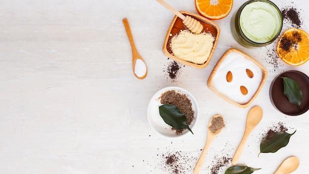 Vista superior da manteiga corporal na mesa de madeira com espaço de cópia