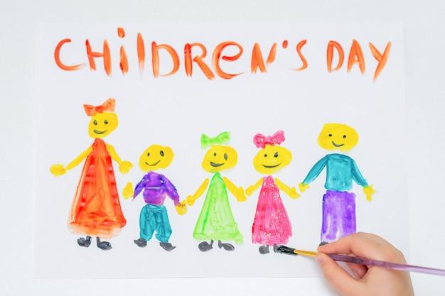 Vista superior da mão da criança desenhando as crianças diferentes com palavras do dia das crianças para o feriado do dia das crianças felizes.