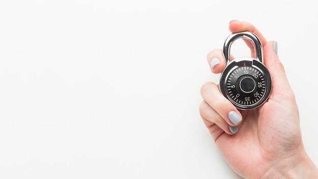 Vista superior da mão segurando a fechadura com espaço de cópia