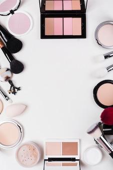 Vista superior da maquiagem no conceito de mesa com espaço de cópia