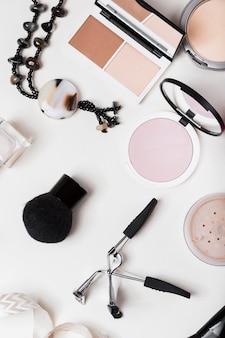Vista superior da maquiagem no conceito de mesa