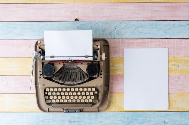 Vista superior da máquina de escrever estilo retro