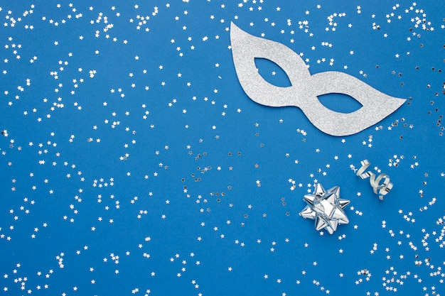 Vista superior da máscara de carnaval com glitter e espaço de cópia