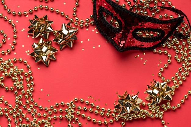 Vista superior da máscara de carnaval com miçangas e laços