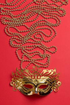 Vista superior da máscara de carnaval com miçangas