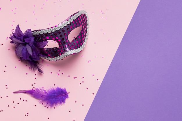 Vista superior da máscara de carnaval com penas e espaço de cópia