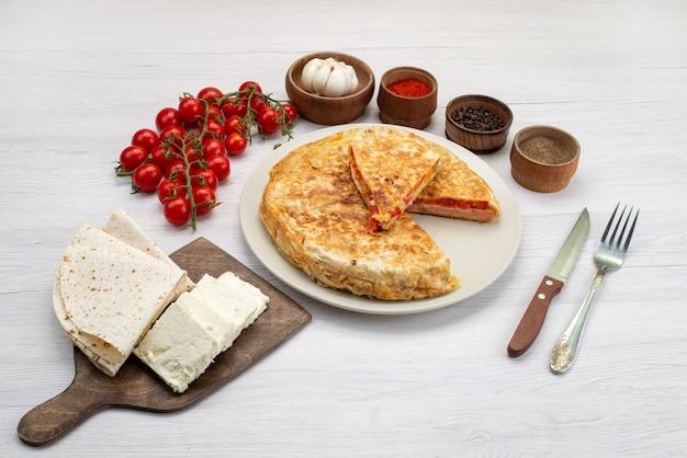 Vista superior da massa com legumes, junto com queijo branco e tomates frescos na foto do almoço de refeição de comida de fundo branco