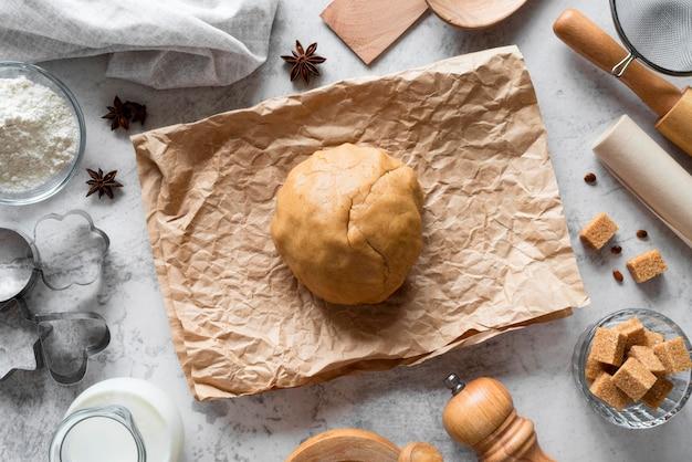 Vista superior da massa de biscoito em papel pergaminho