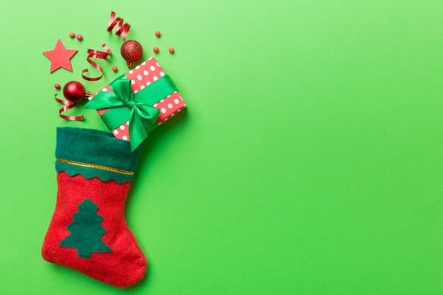 Vista superior da meia vermelha de papai noel no fundo de cor com espaço vazio. fundo de natal.