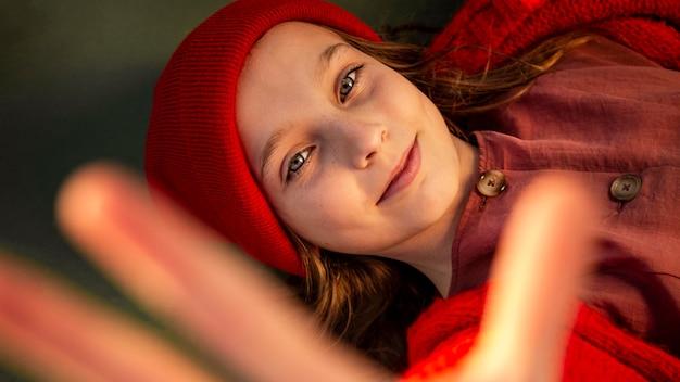 Vista superior da menina deitada em um campo de basquete com a palma da mão para cima