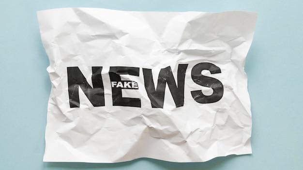 Vista superior da mensagem de notícias falsas em papel esfarelado