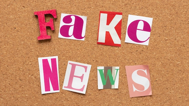 Vista superior da mensagem de notícias falsas no outdoor