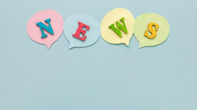 Vista superior da mensagem de notícias falsas nos balões do bate-papo