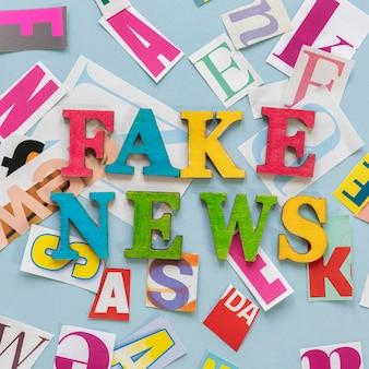 Vista superior da mensagem de notícias falsas