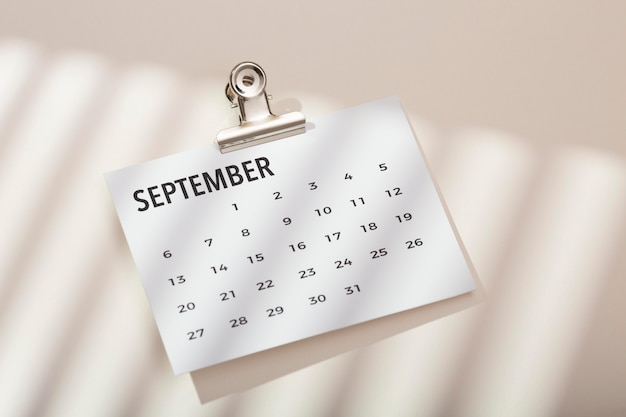 Vista superior da mesa com calendário
