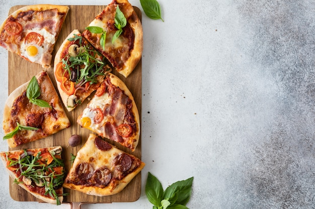 Vista superior da mesa com comida doméstica e pizza caseira