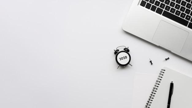 Vista superior da mesa com laptop e relógio