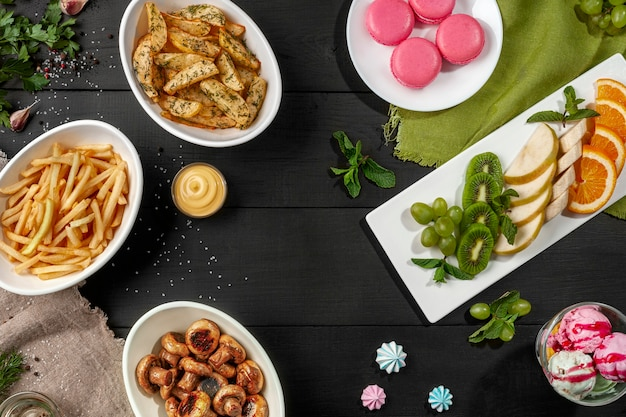 Vista superior da mesa com pratos doces e salgados