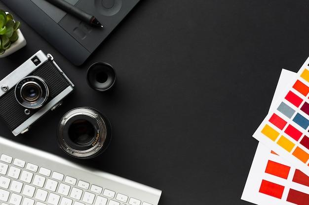 Vista superior da mesa com teclado e bloco de desenho