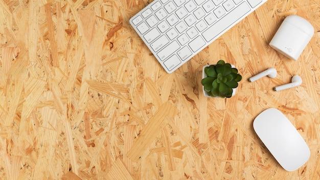 Vista superior da mesa com teclado e suculenta