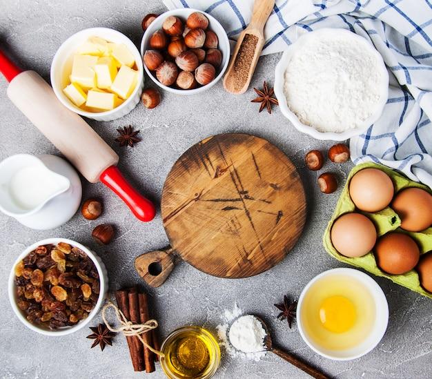 Vista superior da mesa da cozinha com ingredientes de panificação