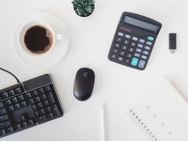 Vista superior da mesa da mesa de escritório com xícara de café, teclado e notebook, designer gráfico, conceito de designer criativo.